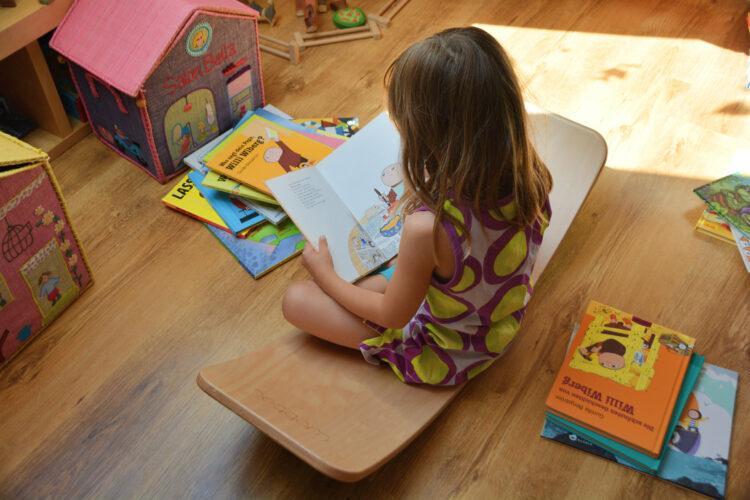 Kind liest Bilderbücher