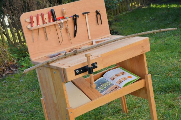 Kinderwerkbank aus Holz mit Rückwand