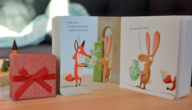 Fuchs überreicht ein Geschenk