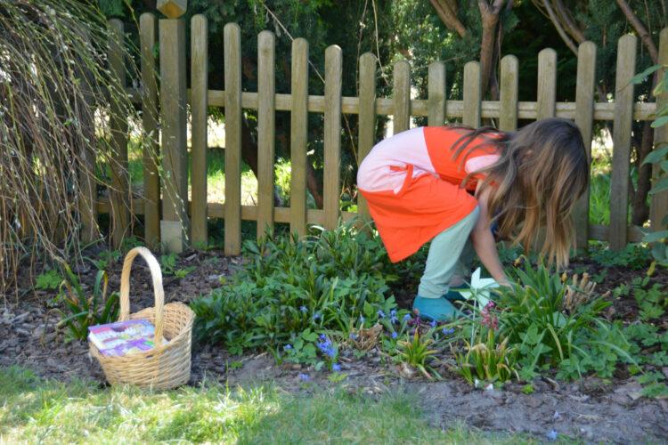 Kind sammelt für den Osterkorb