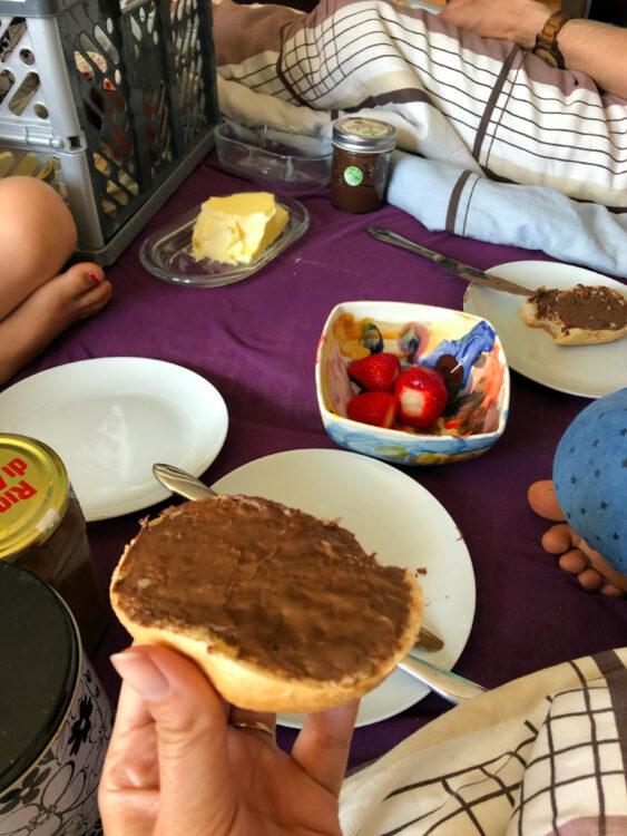 Mutter-Tag Familienfrühstück im Bett