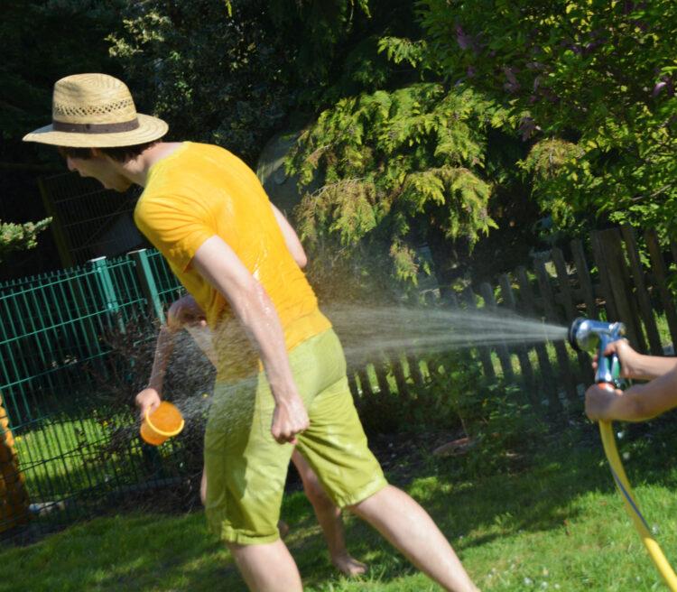 Familienleben: Wasserschlacht im Garten