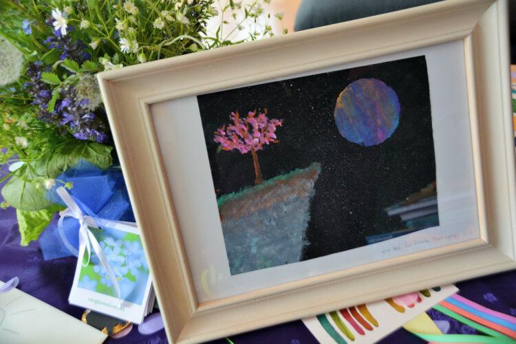 Selbstgemaltes Bild mit Baum und Mond
