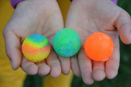 Mitbring-Experimente: Flummi-Planeten – Flummis selbst herstellen