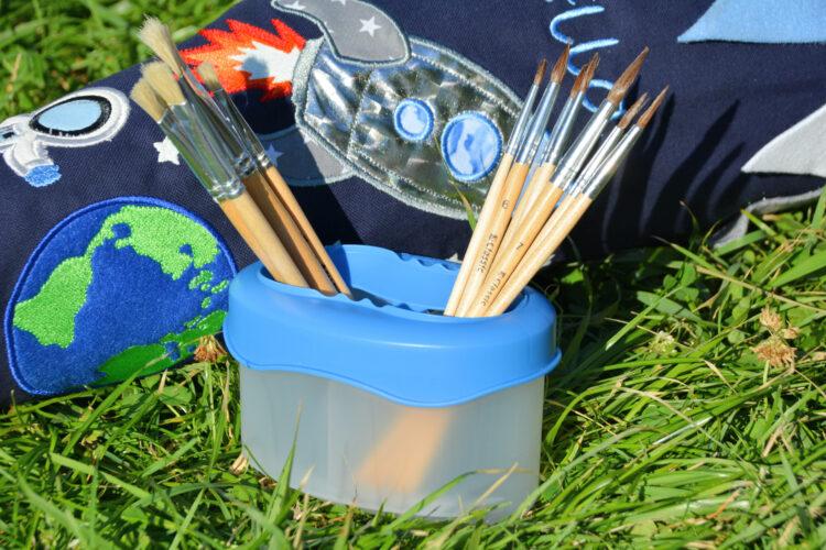 Pinsel und Wasserbehälter