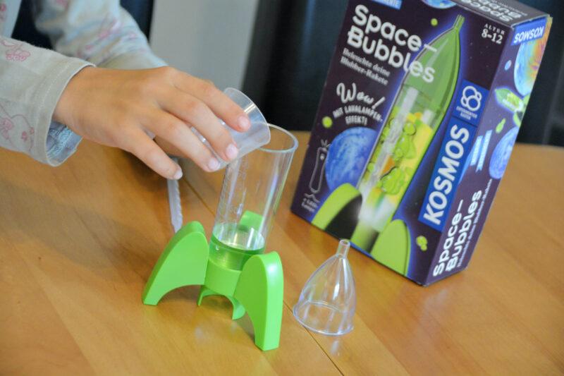 Kosmos Mitbring Experimente: Space-Bubbles mit Leuchtrakete und Farbquallen