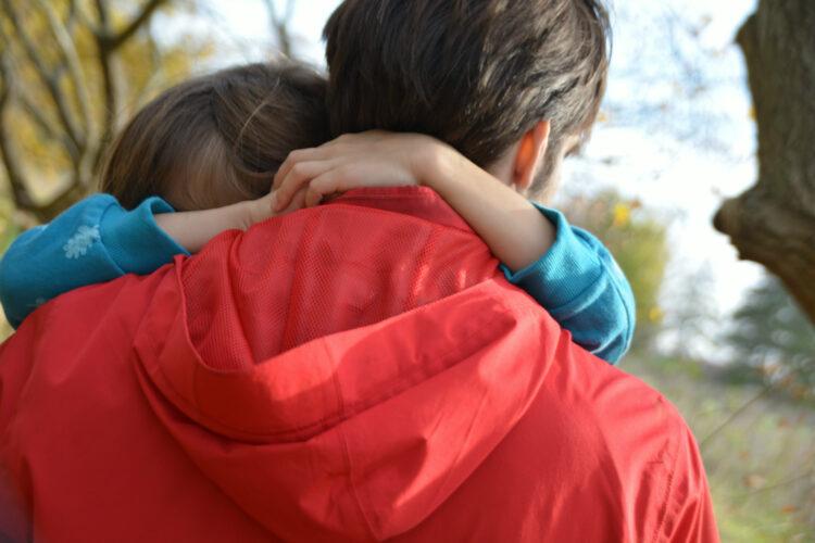 Umarmung Papa-Tochter-Liebe