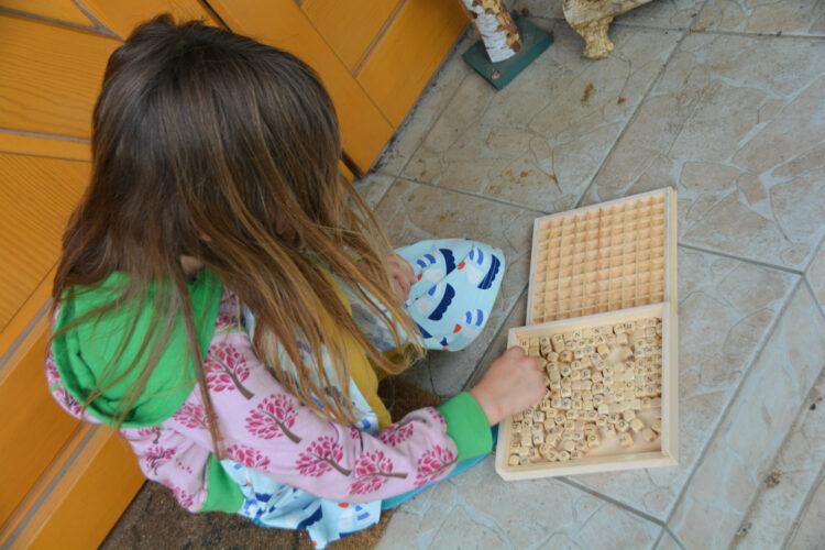 Ella löst ihr erstes Rätsel