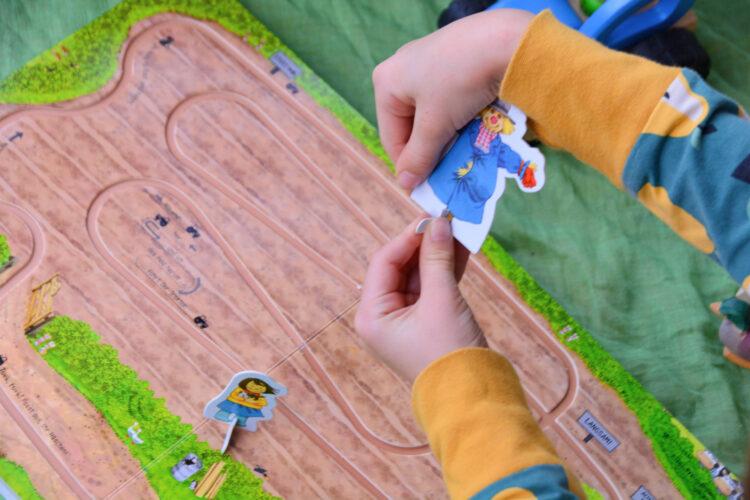 Papp-Spielfiguren zusammenstecken