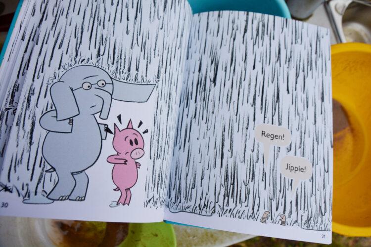 Regenwürmer spielen im Regen