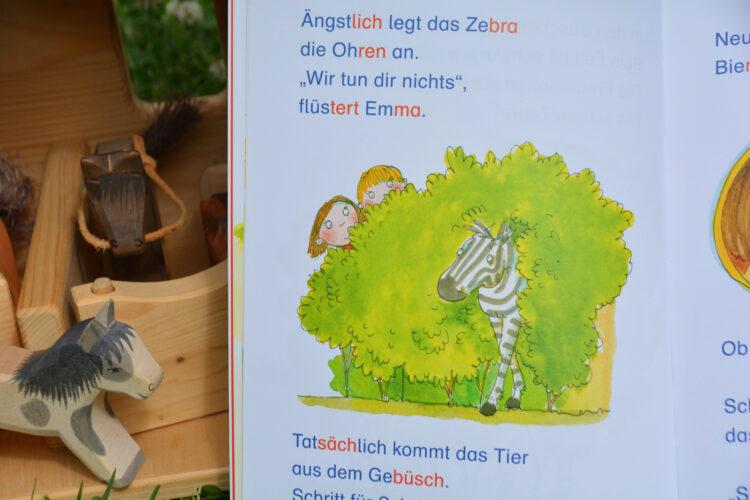 Emma und Jule finden ein Zebra